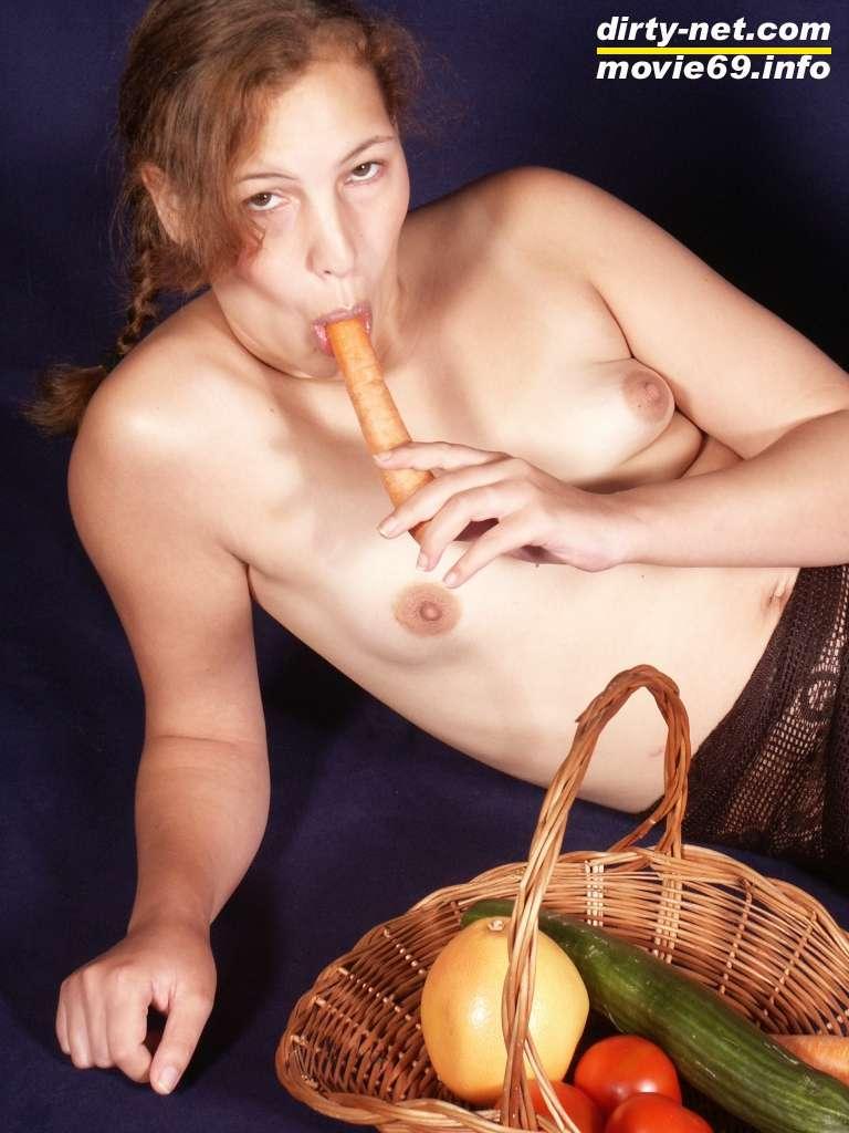 Teenie fickt sich mit Gemüse