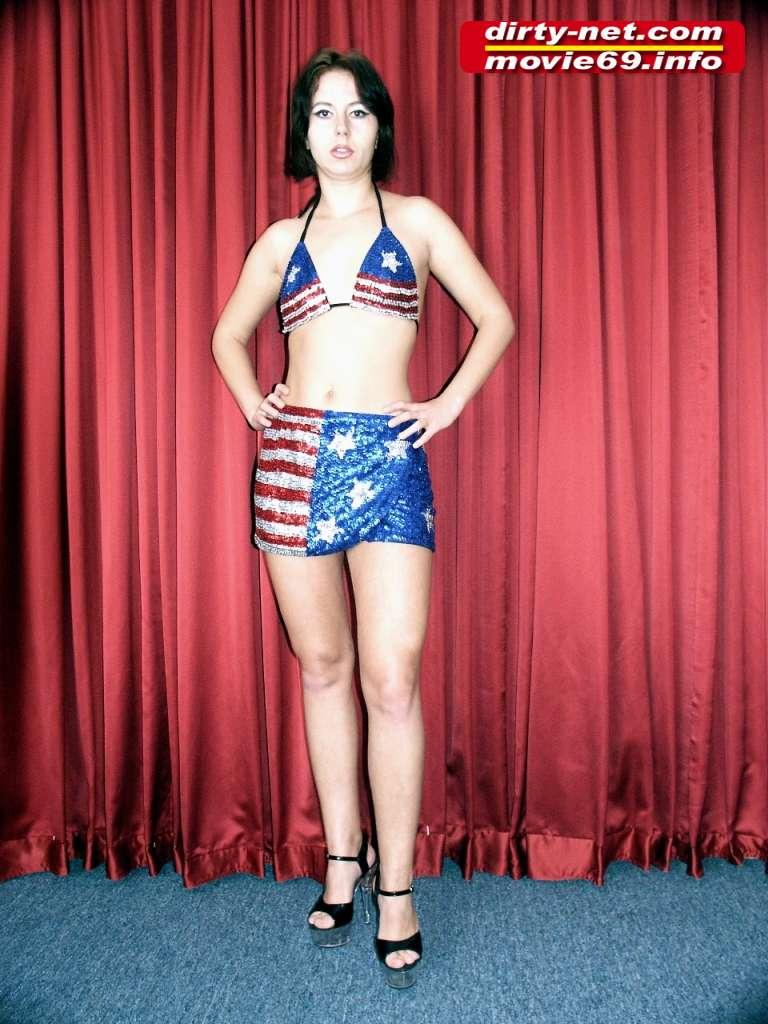 Horny Mom Laura stript im Bikini