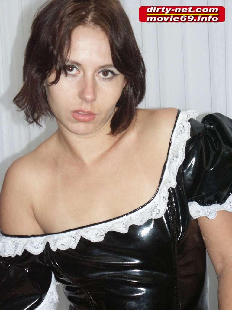 Die Dienstmagd Laura strip und zeigt ihre Pussy